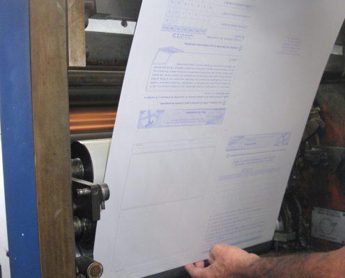 Inseción de placas en los rodillos de la prensa.
