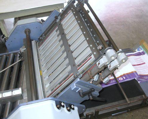 Máquina para doblar papel.